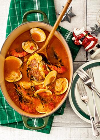 魚介の旨味が存分に味わえるブイヤベース。カレー粉をプラスすれば、スパイシーでよりご飯やパンに合うおかずになります。華やかなので、パーティー料理の主役にもおすすめ!