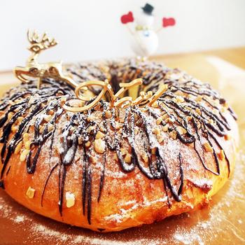 スペインのクリスマスケーキはケーキというよりパンに近いかもしれません。ロスコン・デ・レジェス=王様のケーキという意味だそう。クリスマスを年明けまで祝うスペインでは、1月6日にこのロスコン・デ・レジェスを食べるのが風習です。さらにパンの中に「ソプレサ」という陶器の人形を入れると、より本場に近いものになります。その人形が当たった人には幸運が訪れるとされています。