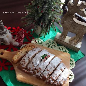 日本でもメジャーになった「シュトーレン」はドイツの伝統的なクリスマス菓子です。クリスマスを待つ間に少しずつ食べるのがドイツ流。洋酒の香りがするドライフルーツやナッツなどが練り込まれており、表面には真っ白な粉砂糖がたっぷりとまぶしてあるのが特徴です。その真っ白で楕円の形は、白い産着に包まれた生まれたばかりのイエスを表しているとも言われています。