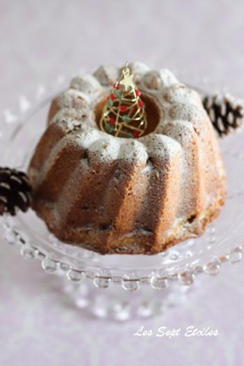「クグロフ」もフランスアルザス地方の伝統的なお菓子で、クリスマスには欠かせないものです。なんと、あのマリーアントワネットも大好物だったのだとか。高さのあるケーキなので、デコレーションのしがいもあります。シンプルに粉砂糖で雪山を表現してもいいですし、チョコレートやアイシングを使って華やかに飾るのもいいですね♪