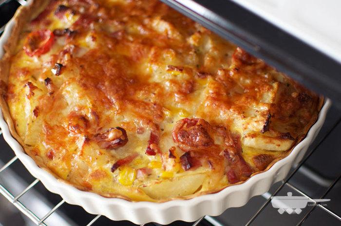 じゃがいもや卵、牛乳など、家にある食材で作れて豪華に見えるポテトマッシュキッシュのレシピです。マッシュポテトと半月切りにしたじゃがいもをたっぷり使って、食べごたえ抜群の一品に。少しだけ余った野菜を加えても◎!