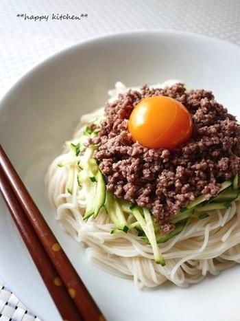 中国北部、韓国などで食べられているジャージャー麺をそうめんでアレンジ。甘めのひき肉みそとそうめんをよく混ぜて頂きましょう。多めにひき肉みそをつくっておけば、食べたい時にすぐいただけます。