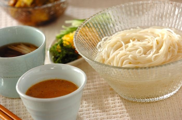 まろやかな「豆乳ゴマダレ」と、夏バテにもぴったりの「梅長芋ダレ」の変わりつけだれでいただくレシピ。いつものそうめんも、新鮮にいただけます。