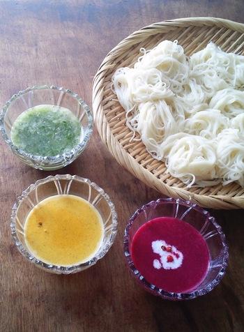 カラフルびっくりなつけだれ3種♪赤はビーツと牛乳、黄色はカレー粉風味のコーンポタージュ、すずしげな緑はきゅうりとオクラでアレンジ。ホームパーティーにもぴったりです。
