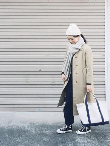 ステンカラーコートと合わせたベーシックなスタイルにカジュアルなニット帽を合わせて抜け感をプラス。首元のストールも暖かそうですね。