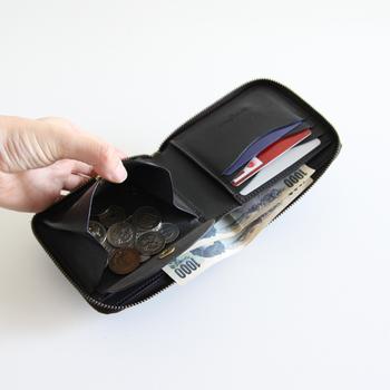 コインポケットもこの通り。とてもマチが広くとられているので大きく開きます。小銭を探しやすいように工夫がされています。あちこちに『用の美』の考え方がちりばめられていて、ARTS&CRAFTSらしさがいっぱいのお財布。長く使いたくなる品です。