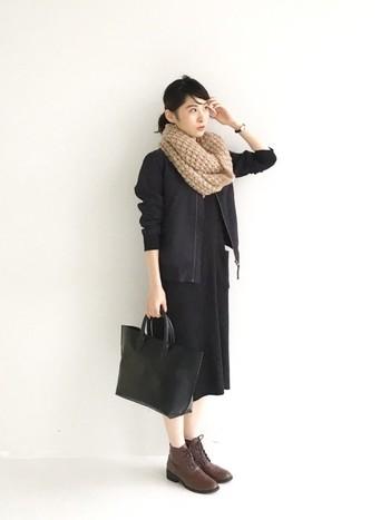 """手編みのようなざっくりした編み目が魅力的な、ふんわり軽いのにボリューミーなビッグニットスヌード。やわらかな肌触りで、見た目も上品さがあるので様々なコーデにマッチします。全身ブラックのかっこいいコーデにプラスすれば、女性らしいやわらかさもプラスされて絶妙な""""甘辛ミックスコーデ""""に。"""