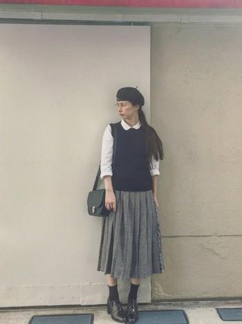 襟付きのブラウス、プリーツスカート、メガネなど、文学少女風のトラディショナルな雰囲気のコーディネートです。シンプルなデザインは、小物使いで楽しむのも◎