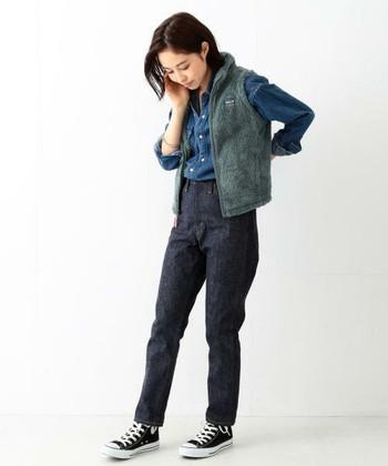 アウトドアブランドのボアベストは、機能性も抜群!コンパクトなサイズを選ぶと、大人の女性でもスッキリと着こなせますね。