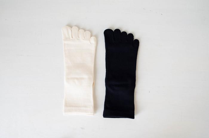 『シルク&オーガニックコットン5本指 ソックス』 こちらはわざわざオリジナルではないようなのですが、オリジナル靴下と組み合わせて重ね履きすると温かさがアップします。内側はワイルドシルク、外側がオーガニックコットンという構造になってあり、進藤義晴医師考案の「冷えとり健康法」の実践にも最適です。