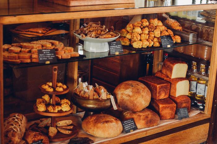 ショーケースには北海道産の小麦粉などこだわった素材で作られた、シンプルなパンやお菓子が並んでいます。
