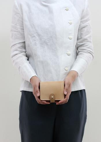 手にもってみると、あ、こんなにコンパクトなんだ、と驚くはず。それにお財布って人前に出して使うものだから、ちょっといいものを持っていたいですね♪そこで自信をもってオススメできる質のよい折りたたみ財布を集めました。