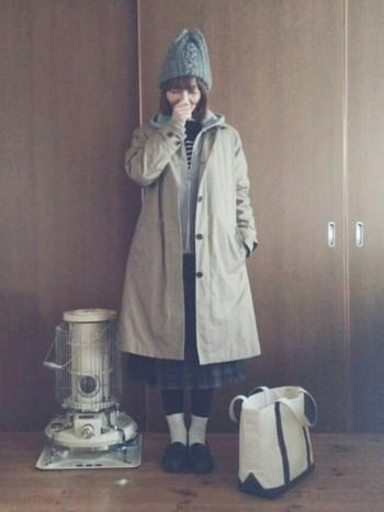 暖かそうなスカートとニット帽をプラスした冬コーデ。大きめサイズのコートを選ぶと、パーカーなどを重ね着するときに便利ですね。ハンパ丈のスカートに靴下を合わせるのは真似してみたいです。