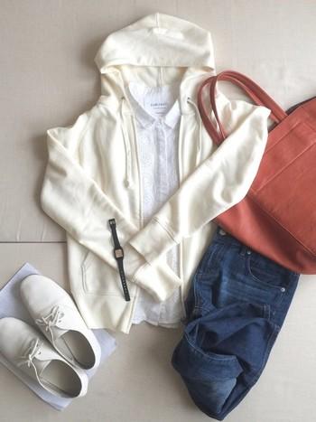 白のシャツの上に白のパーカーという秋の空の雲のような白コーデ。デニムのインディゴブルーと、テラコッタのバッグを合わせることでトレンド感もプラスできます。