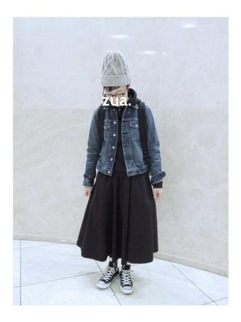 今の時期にしか楽しめない、デニムジャケット×パーカーの組み合わせ。この秋もぜひチャレンジしてみましょう。デニムジャケット以外の服を黒で統一、そして小物でグレーをプラスして軽さを出しています。