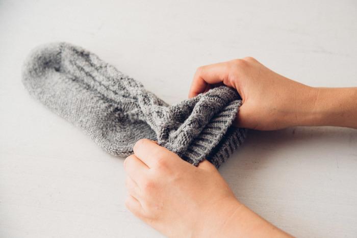 わざわざのオリジナルウール靴下は贅沢に高級ウールを使い、ホールガーメント製法で編まれており手編みのような温かい質感です。ウールの靴下は穴が開きやすいという欠点がありますが、足底の編み方を変えるなど穴の開きにくい工夫がされています。