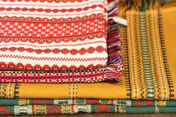 チャルカには、ルーマニア、ハンガリー、クロアチアからやってきた布たちが勢揃い。10年かけて集めた布たちが、折り重なって販売されています。ソファやベッドカバーになる厚手のものや、テーブルクロスなどにぴったりの薄手のものまで種類も豊富です。