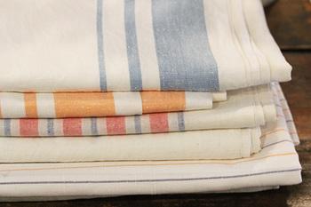 布は全部で40枚ほどあるとのこと。大判の布は、何枚もの布をレース編みでつないで作ってあるのです。手作り感と温かみのある布をインテリアに使えば、帰ってきたときにほっとするような雰囲気のお部屋を作れそうです。