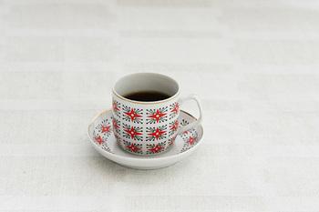 ハンガリーべレグ地方のクロスステッチをイメージしたような、素敵な模様のカップ&ソーサ-。1960~1970年代に作られたお品物です。赤と黒のバランスが良く、テーブルを華やかにしてくれること間違いなし。