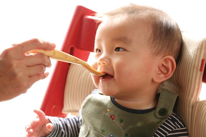木製のスプーンは熱が伝わりづらいので、赤ちゃんにも安心してお使いいただけます。お食い初めから離乳食にも、毎日の暮らしの中で使い続けることができる製品です。