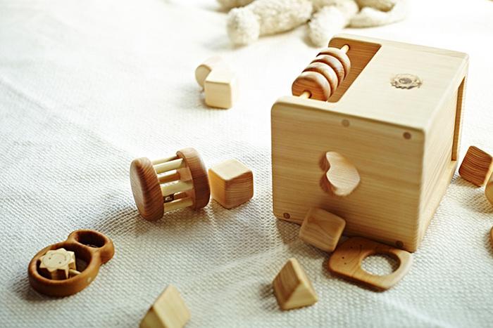安全に木と触れ合ってほしいという想いから、釘などを使わず、木の凹凸を利用して組み上げてあります。手触りや形、音、木の香りなどが赤ちゃんの好奇心をくすぐってくれます。箱入りはご希望で、赤ちゃんのお名前(切り文字)を入れることができるそうですよ。