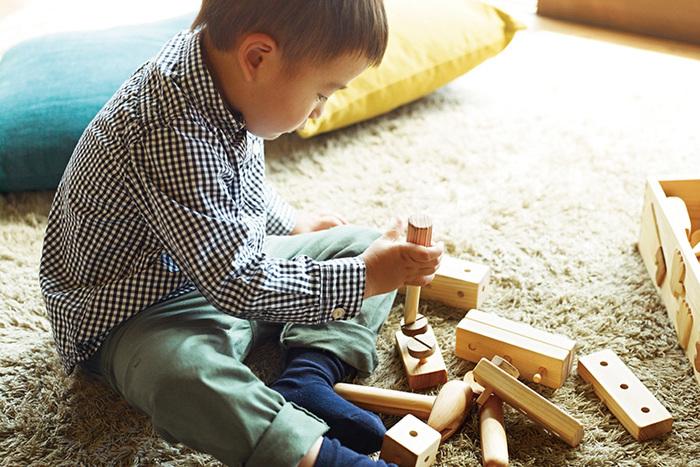 「トントン♪カンカン♫」とたたいて遊んでも壊れないように、それぞれの道具に合わせた素材でつくられています。積み木とは違い、木の釘やネジなどを使うことで少し複雑なものまで作れるので、大きくなっても十分に楽しめます。