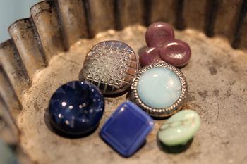 チャルカには、たくさんのガラスボタンがあります。一つ一つ色や形が違い、どれもアンティークならではの味が出ているので一つとして同じものはありません。お部屋に飾ってもいいですが、お気に入りのお洋服につけたり、ピアスや指輪にアレンジするのもおすすめです。