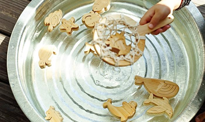 お風呂で遊べるおもちゃなので、素材には水に強いヒノキを使用しています。また、自然の質感にこだわっており、塗装もしておりません。