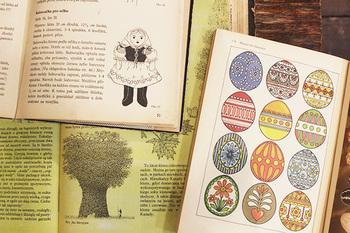 異国の本は、文字が読めなくても何が書いてあるのか想像してなんだか楽しくなってきますね。そんな方におすすめなのが、こちらの本たち。これまでたくさんの人の手に取られてきたのだなと感じられる使用感が、いい味をだしています。