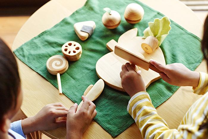 色々な種類の食材が詰まったままごとセットです。ヒノキや杉、桜、ケヤキ、榧、そして職人が一つ一つ染め上げた草木染めフェルトを使用し、接着面にはマグネットを使用しています。木のぬくもりを感じながら楽しく遊んでもらえるよう一点一点作られています。