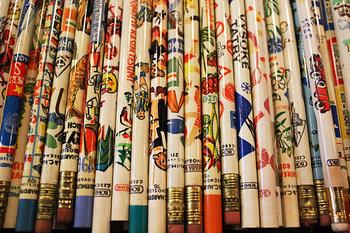 チャルカには文房具もたくさんあります。こちらは色々な柄の鉛筆。人や花など、独特のタッチで描かれていて見ていて楽しい一本が勢揃いです。削るのがもったいなく、飾っておきたくなってしまうかもしれません。