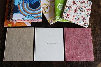 ノートも色々な種類が取り揃えてあります。手前の3冊は麻混生地で、ぬくもりのある触り心地です。シンプルな無地も、東欧らしい柄物も、どちらも手元に置いておきたいですね。