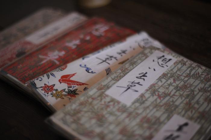 """かつて""""女人の駆け込み寺""""と呼ばれていた「直指庵」。 本堂に置かれる""""想い出草""""は、訪れた人々の心の悩みや痛みが綴られたノートです。様々な思いに埋め尽くされたノートは、すでに五千冊以上にも上ると伝わります。"""