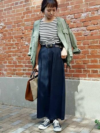 スカートのような印象にもなるフレア感のあるワイドパンツ。トップスをインして、ベルトでしめれば女性らしさがアップ。レザー×持ち手がウッド調の上質感のあるバッグを合わせるのがポイントです。