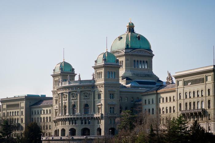 連邦議事堂は、ブンデス広場に面した建物の中でも、ひときわ目立つ印象的な建物です。美しいドームの周りにはスイス26州のレリーフが施されており、連邦議事堂の重厚感ある外観に華を添えています。