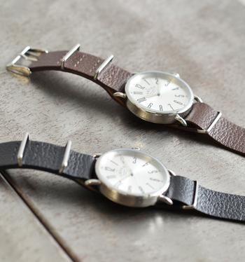 レザーベルトの色を変えて、ペアルックを楽しむのも◎ 時計のお揃いなら抵抗もないですよね。