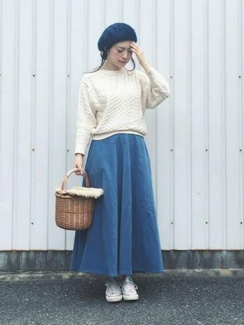 女っぽさナンバーワンのふんわりシルエットのロングスカートには、ホワイトのコンバースがぴったり。クリーム色のニットとベレー帽がとっても柔らかくて女性らしい雰囲気に。