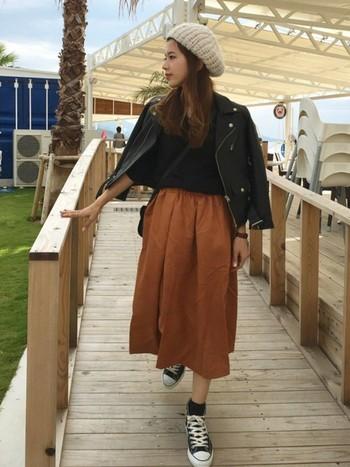 ミモレ丈のフレアスカートは、女性らしくバランス感のあるスタイリングに。大人気のキャメルカラーと合わせるのは、ブラックのトップスとブラックのスニーカー。ピリリと引き締めてくれるアイテムです。
