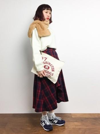 印象的なチェックのロングスカートには、人気のニューバランスのスニーカーを合わせて。ゆったりめのニットとなら可愛らしいコーデに。