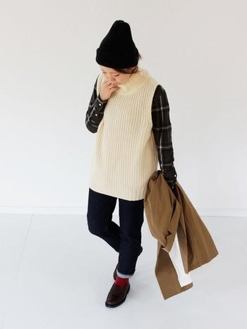 チェックシャツ×デニムのカジュアルコーディネートも、ベストを合わせるとあたたかな風合いがプラスされ秋冬仕様に。チラッと覗く赤ソックスがポイントになっています。