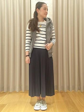 ボアベストを長めのプリーツスカートと合わせると、大人フェミニンな雰囲気に。全体のトーンを合わせてシックにまとめています。