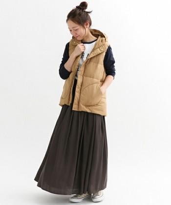 ナチュラルなベージュカラーは、デイリに活躍してくれそう。ロングスカートと合わせて優し気な雰囲気に仕上げています。