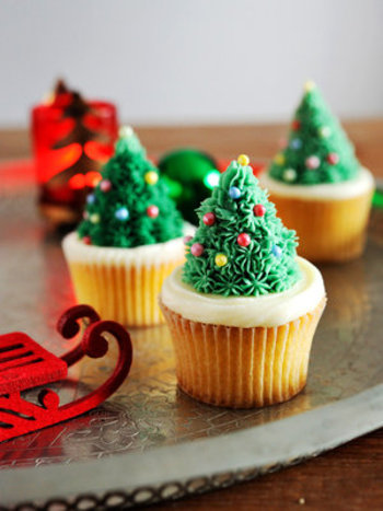 緑色のクリームでツリーを、白のクリームで雪を表現したツリーの乗ったカップケーキ。カラフルなアラザンで見た目も楽しいケーキです。 クリームを全て白で作るとホワイトクリスマスな雰囲気に♪