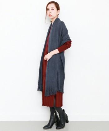 大判ストールを広げて羽織れば、ロングカーディガン風の女性らしいスタイリングに。合うアウターが見当たらない!なんてときにも便利です。