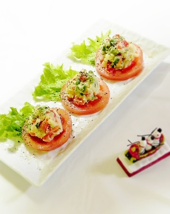 トマトの赤と葉物野菜の緑であっという間にクリスマスサラダに変身!不器用さんでも簡単に作れちゃいます。