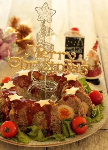 クリスマスリースに見立てたミートローフでパーティー感もアップ♪テーブルコーディネートの主役にもなれそうですね。