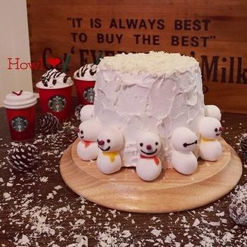 ふんわり柔らかなシフォンケーキ。大人も嬉しいカフェオレ味はいかがですか?クリームとマシュマロスノーマンでホワイトクリスマスを意識して。