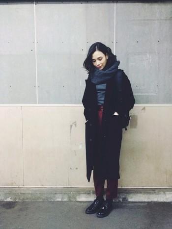秋冬らしいグレー×赤の装いを、黒のチェスターコートとレザーシューズで引き締めて。ネックウォーマーで、メンズライクなコーディネートに女性らしさをプラス。