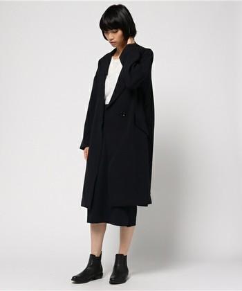 ドロップショルダーで女性らしい印象のチェスターコート。ボタンひとつですっきりとしたデザインなので、他のアイテムもシンプルなものでまとめて、モードな雰囲気に仕上げると素敵です。