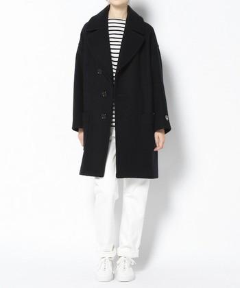 大きめの襟がアクセントになった、肉厚のチェスターコート。ボタンが少しななめに付いており、閉めて着ても可愛らしいデザインを楽しめます。